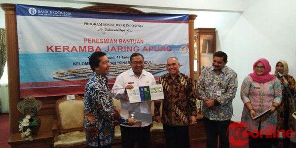 SUKABUMI, (KC Online).-Bank Indonesia perwakilan Jawa Barat memberikan bantuan empat unit keramba jaring apung kepada Kelompok Nelayan Sinar