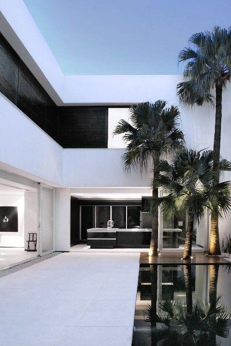 Aproveitando a pronunciada inclinação do lote, a arquitetura de 600m² foi encaixada, como um cubo destampado, entre muros de 7,5m de altura, implantação ideal para a segurança e a privacidade da família. O declive permitiu a criação de dois andares, ambos organizados em torno do pátio aberto, com piscina. #casa #house #arquitetura #outside #pool