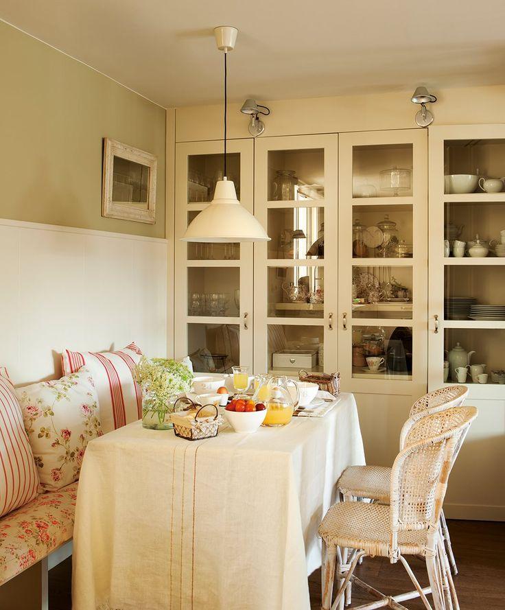 Sillas de Cottage Little House. Cojines de Filocolore y Sacum y alacena diseño de Sandra Mora.