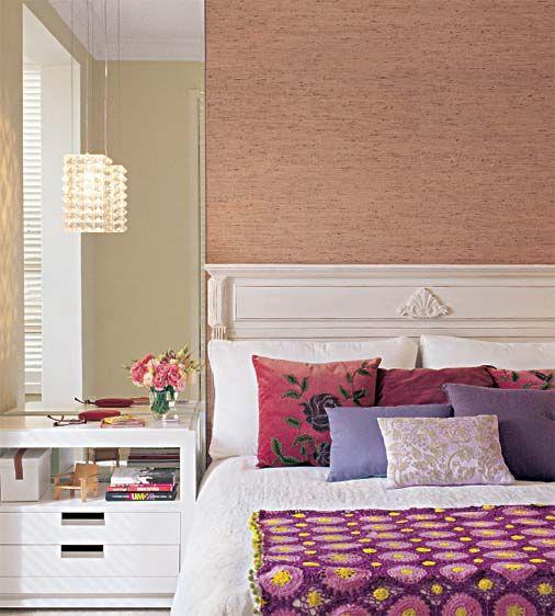 A parede da cabeceira é valorizada com espelho e papel de sisal impermeabilizado.