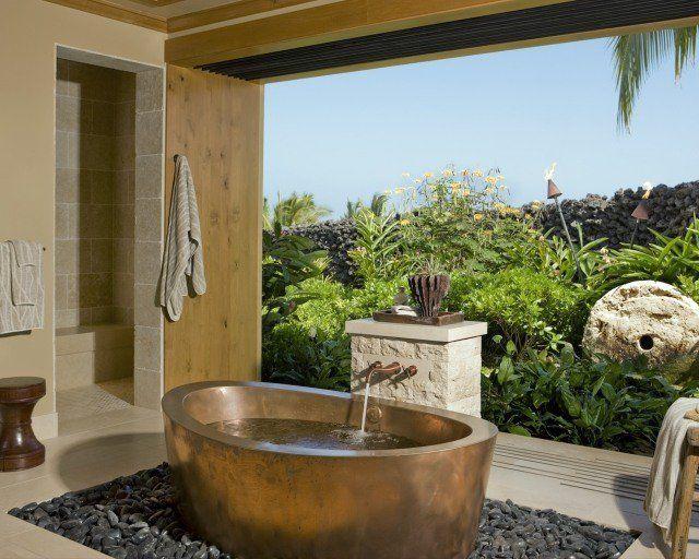 une salle de bain zen avec une baignoire couleur cuivre et un poster mural paysage de jardin