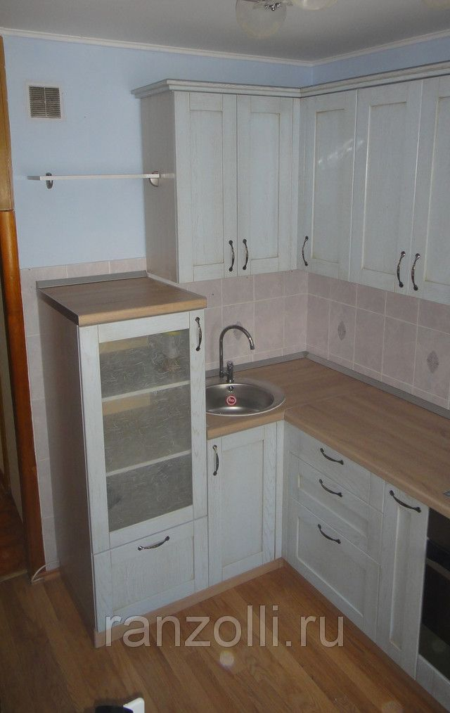 Сдача заказчику. Угловой кухонный гарнитур с крашенными фасадами в шпоне. Кухни с патиной.