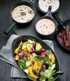 ➥ Leckere Salate, Chutneys und Aioli ergänzen das Fondue perfekt.