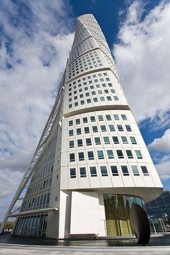 Esta un rascacielos de nombre Turning Torso. Yo fue a lo más alto. Yo vi todo la cuidad es magnífico vista.