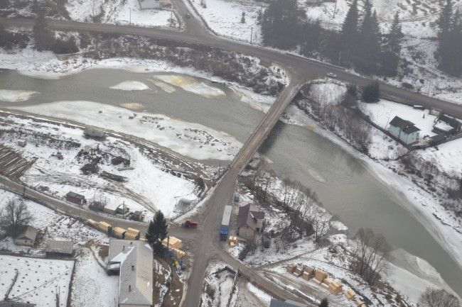 Prefectul Florin Sinescu a survolat cu un elicopter cursurile râurilor Bistriţa şi Dorna.