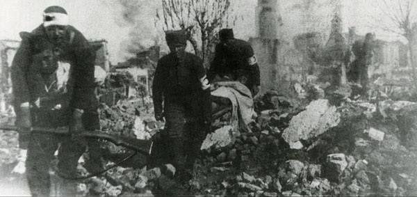 Mağlup olup çekilirken Türk kasaba ve köylerini ateşe veren Yunanların ardından cepheye yetişen Türk sıhhiye birlikleri yaralıları taşıyor.