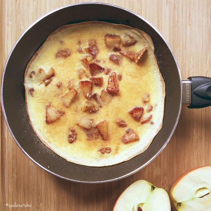 SLADKÁ OMELETA s jabĺčkom  1/2 jablka, 1 ČL masla, 1 ČL trstinového cukru, 1 ČL mletá škorica, 2 PL vlašských orechov, 3 vajcia, 2 PL bieleho jogurtu, 1 PL špaldovej múky a štipka soli.  Jablko zbavíme jadierok a nakrájame na menšie kúsky. Na panvici rozohrejeme maslo, pridáme jablko, orechy, pocukrujeme, zľahka posypeme škoricou a orestujeme. Zalejeme vyšľahanými vajíčkami s jogurtom, múkou + soľ. Pri nižšej teplote necháme omeletu dopiecť. Prajem sladké mlsanie   www.spalovnatukov.sk