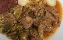Casero y delicioso es el entomatado de res, guisado muy mexicano elaborado con carne, tomatillo (tomate verde) y chile chipotle.
