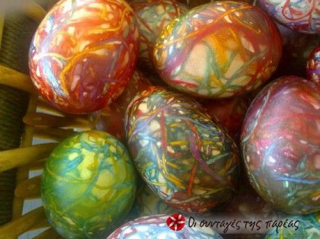 Αγοράστε φλος κλωστή και κάντε φέτος κάτι διαφορετικό στη διακόσμηση των αυγών σας. Είναι εύκολο και πρωτότυπο!