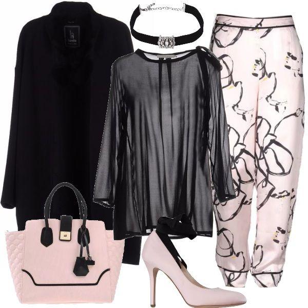 Outfit in rosa e nero: pantaloni ampi, in viscosa a stampa fantasia astratta, blusa di seta ampia, maniche a 3/4, cappottino nero morbido, decollété di raso, tacco a spillo e nastro alla caviglia, borsa a mano di stoffa e choker di velluto e strass.