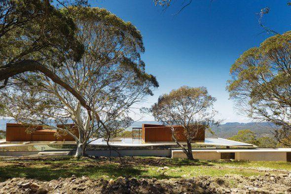 Ubicado en el filo de una montaña con vista al valle de Megalong de Nueva Gales del Sur, una casa por Peter Stutchbury Architecture abraza a su entorno épico de arbustos pastorales haciéndose invisible.