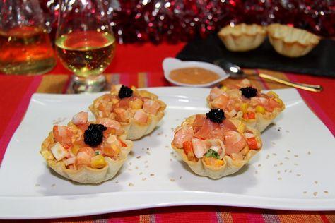 Cóctel de langostinos servido en unas originales cestitas elaboradas con obleas de empanadillas. Aperitivo fácil y vistoso.