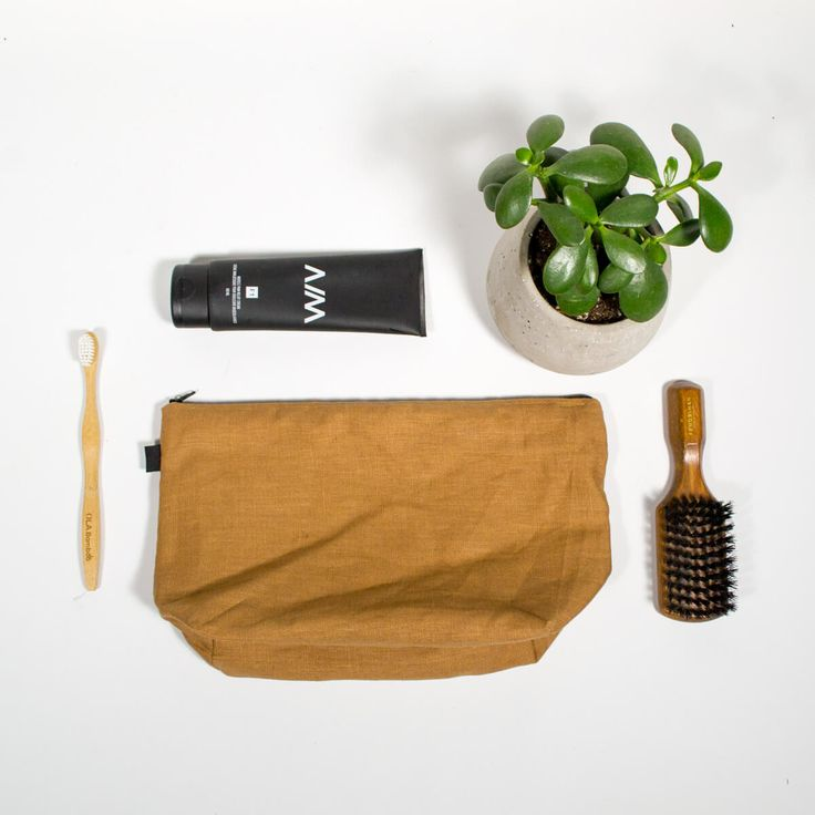 Trousse de voyage - Terra  Trousse maquillage avec intérieur imperméable, parfaite pour tous vos cosmétiques, fer plat et tout vos accessoires de toilette lors de vos petits ou grand voyage  Tissu extérieur uni (100% lin) Intérieur en nylon imperméable  Dimension: 12-1/2″ x 7-1/2″h Base de 4″ de large Fermeture éclair de 12″