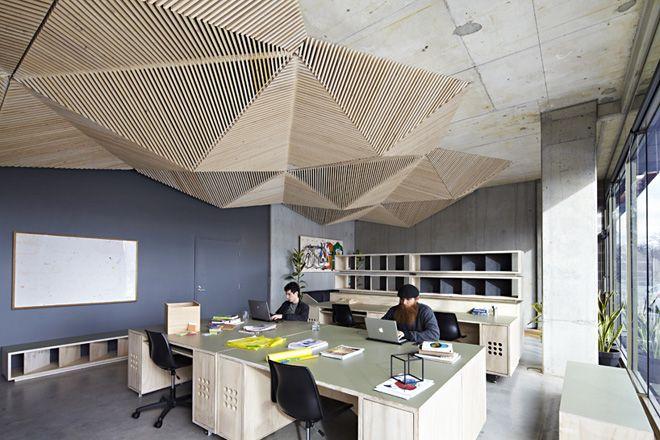 Шикарное покрытие потолка деревянными рейками