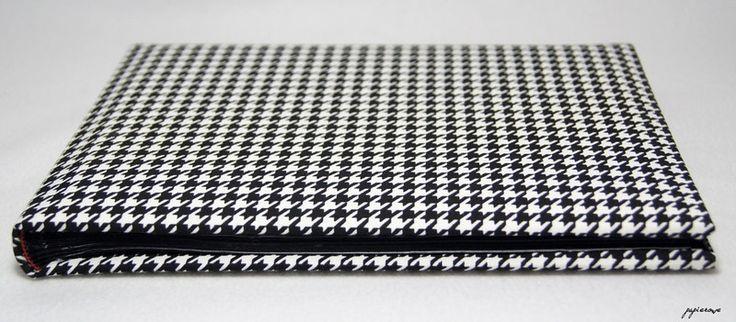 Album do wklejania zdjęć.  Album posiada 30 czarnych stron (15 kart) o wymiarach 24x18 cm. Okładkę zdobi tkanina w czarno-białą, klasyczną pepitkę.  Album ten, to doskonały pomysł na prezent, a...