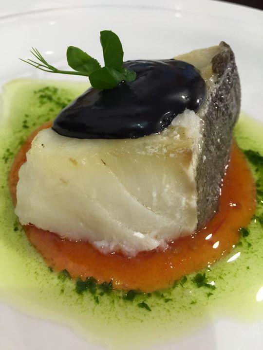 Lomo de Bacalao Confitado, Reposado sobre Mermelada de Tomate y Ali Oli de Ajo Negro