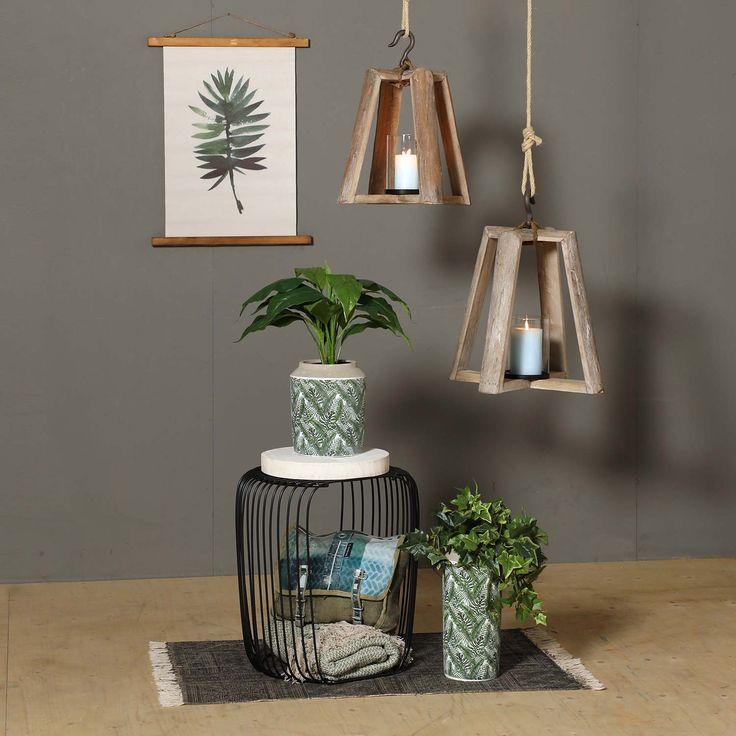 Vintage lantaarn van drijfhout met een glazen windlicht in het midden. Dankzij het grote formaat en de robuuste haak aan de bovenzijde heeft de lantaarn een stoere look.