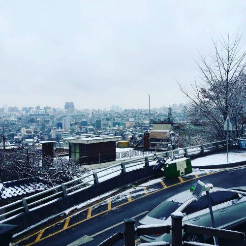 It's beginning to look a lot like… #winter #christmas #korea #southkorea #snowfall #bundleup  #koreacurated #koreabox #subscriptionbox (at 남산 Namsan Mountain) #korea #winter #koreacurated #southkorea #koreabox #snowfall #subscriptionbox christmas bundleup