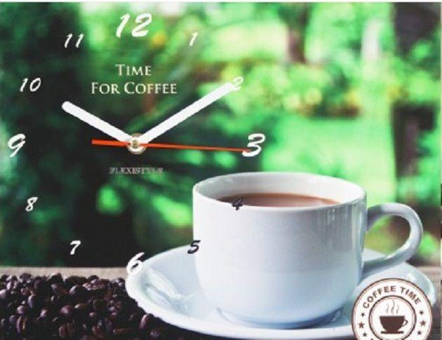 Zielony zegar do kuchni z filiżanką kawy