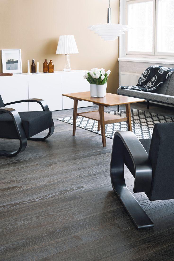 Parchetul din lemn de Stejar Country Vision are o textura aparte, fiind finisat cu ulei si periat aspru. Nuanta inchisa si bizotul pe latura lunga ii confera eleganta, creand impresia de spatiu.