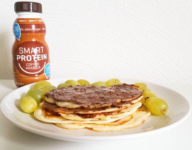 Protein breakfast ✌️ Goedemorgen! Lekker een dagje vrij vandaag want in het weekend werk ik altijd. Vannacht heerlijk geslapen en rustig aan opgestaan. Daarna dit eiwitrijke ontbijt gemaakt bestaande uit de Queen pancakes van @gymqueen.nl, de Wheytella en Smart Protein drink @bodyenfitshopnl. In totaal bevatte dit ontbijt 49 gram proteïne  Ik ga vanmiddag lekker trainen samen met een vriendin en voor de rest lekker relaxen!  Hoe ziet jullie dat eruit?  #foodspiration #foodie #foodporn…