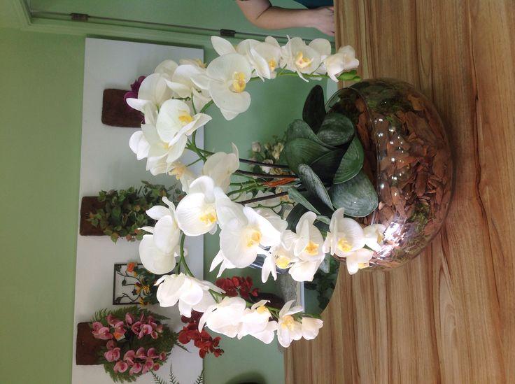 Um lindo arranjo Super Jardim, com orquídeas em silicone para sua mesa de jantar. www.superjardim.com.br