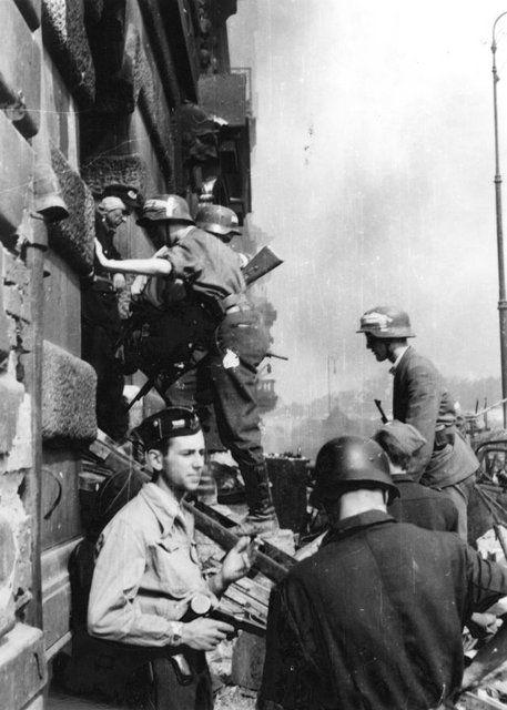 "Warsaw Uprising: Insurgents from ""Kiliński"" battalion attack PASTa building at Zielna 37 street."