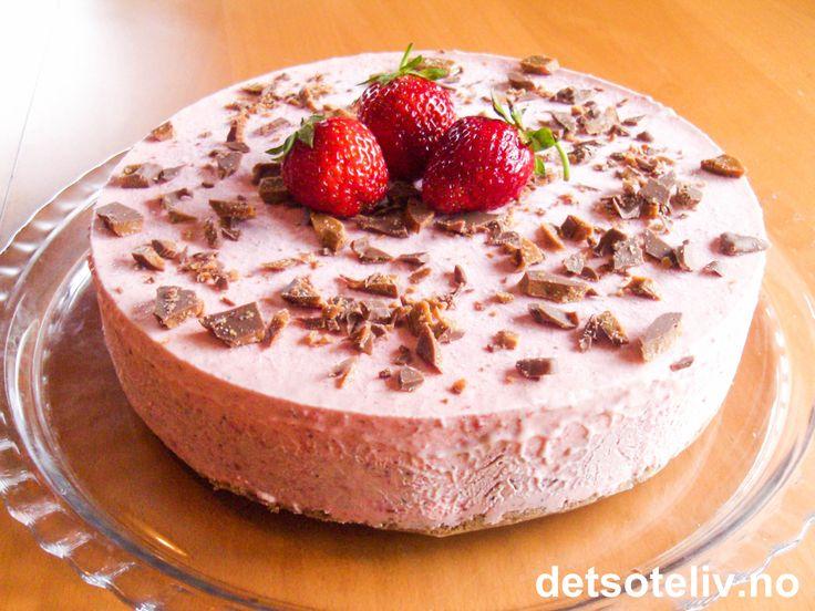 Her er en fristende jordbæriskake med spennende kjeksbunn laget med Daim. Kaken pyntes med hakket Daim og jordbær. SUPERDIGG!
