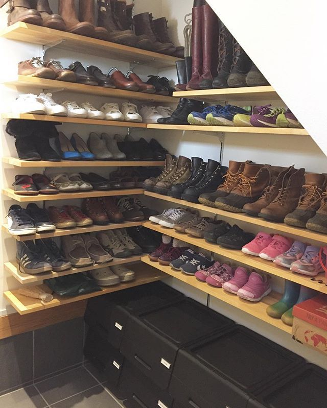 やっとやっと 玄関を片付けました😅 ・ 娘の履けなくなった靴、履かなくなったヒールも大量処分💦スッキリしました。 ・ 片付けるまでは靴の先と後ろを逆向きにして 収納できるプラスチックの斜めの…あれ(なんて言うの?笑)とかプラスチックの箱とか使ってました😅 (12月23日の写真に↑写ってます) ・ 長いこと使ってましたが靴が見にくいし 蓋付は取り出しにくいし…ってことで思い切ってやめて 下に黒い収納を購入しました。 ・ この収納ボックスは蓋開けてもパタンって閉まらず、 開けたところで止まっててくれるし、艶消しブラックの収納 ってなかなか見かけないので気に入りました♡ ・ ・ この収納の中には靴のお手入れグッツ 夏物のサンダルや捨てるのに少し悩んだヒール、 防災用の水とヘッドライト、犬と人間のカッパ、 犬お散歩グッツの予備、使わないスリッパ、 レジャーシートを入れました。 ・ ・  シルバーのタグは 洗剤類のストック収納に貼ってるのと同じで #monotone さんのやつです。 ・ 黒い収納とタグは少し前に楽天roomに 載せてますので良ければ見て下さいねー♫ ・…