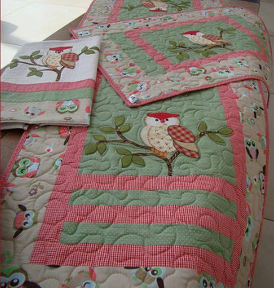 Jogo de cozinha composto por 1 trilho de mesa 1,40x0,40 , 1 guardanapo e 1 jogo americano (com 2 peças) feito em tecido 100% algodão em patchwork, quilt e aplique A padronagem do tecido pode ter alteraçao