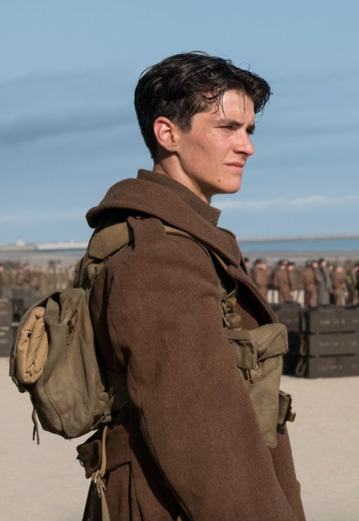 Tommy - Fionn Whitehead in 'Dunkirk', set in 1940 (2017).