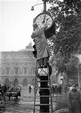 Guerre 1939-1945. Le passage à l'heure d'hiver. Paris, 30 octobre 1942.
