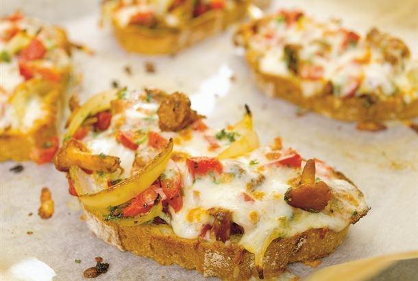 Lämpimät sieni-paparikaleivät ovat helppoa ja maukasta pikkuruokaa, jotka sopivat tarjottaviksi vaikka vihreän salaatin kanssa. Näihin leipiin kannattaa hyödyntää syksyn sienisatoa. http://www.valio.fi/reseptit/lampimat-sieni-paprikaleivat/
