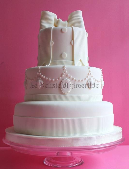 Le Delizie di Amerilde. Elegant couture cake from www.ledeliziediamerilde.it