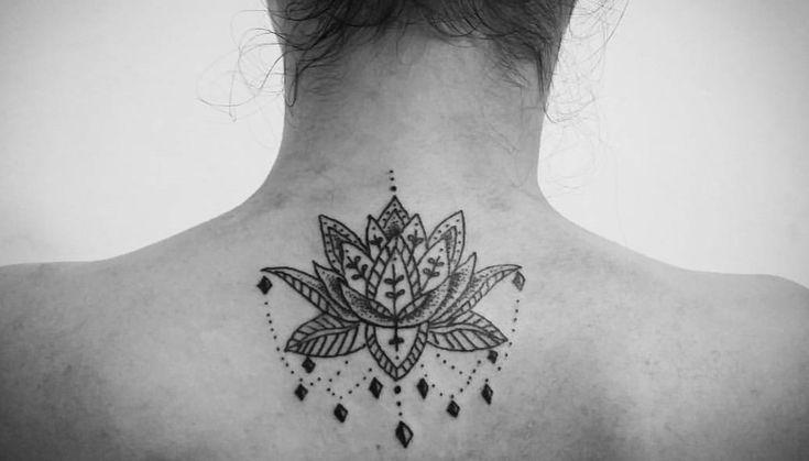 Significado da tatuagem de flor de lótus: Esta linda flor aquática é muito apreciada por quem ama tatuagens e tem um significado interessante. Veja fotos!