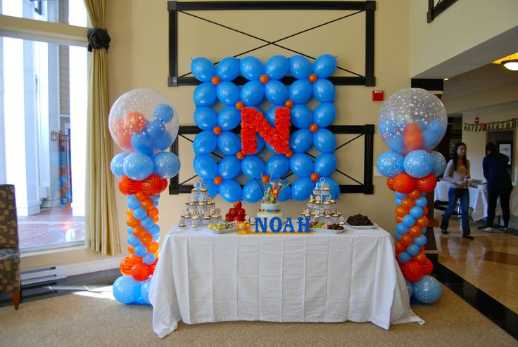 First birthday party balloon arrangement noah 39 s safari for Balloon decoration for first birthday