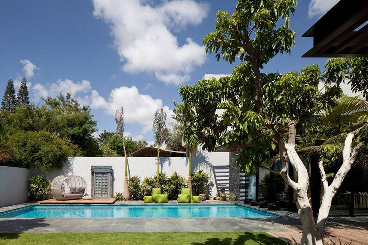 Côté piscine et chaises longues de design pour une relaxation totale sous le soleil