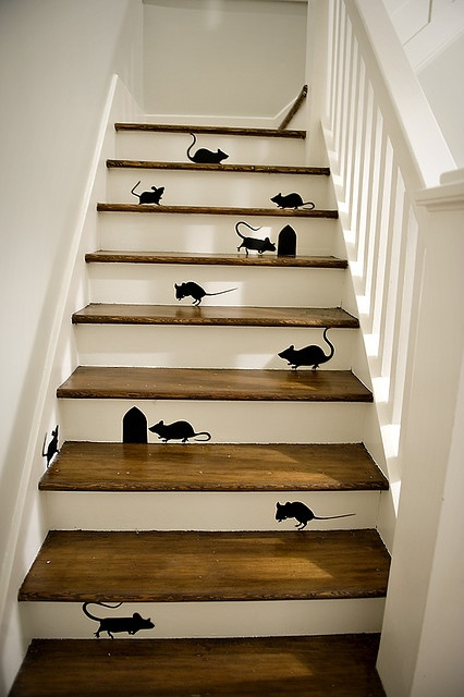 I saw a mouse.  Where?  There on the stair...