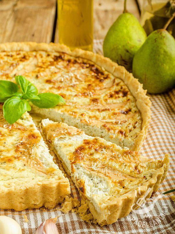 Pie with cheese and pears - La Torta salata con formaggio e pere è una pietanza davvero originale e piacevole, dal gusto molto delicato. Preparatela anche per un buffet vegetariano! #tortasalataformaggioepere