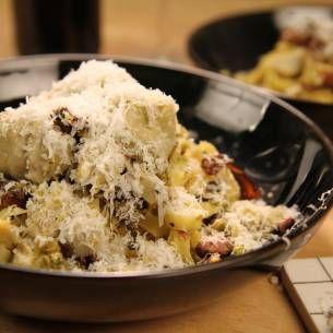 Pasta med svamp, pistage och kronärtskocka. /Paolo Roberto, Mitt Kök. http://mittkok.expressen.se/recept/pasta-med-kronartskockor-samt-svamp-och-pistagenotsmix/
