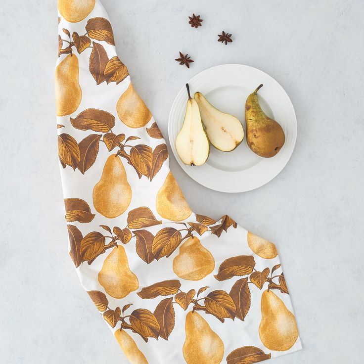 Baumwoll Geschirrhandtuch mit Birnen Druck, entworfen von Thornback & Peel. Echt ausgefallenes britisches Design! #thornbackpeel #englischwohnen #farbenfroh #birnen