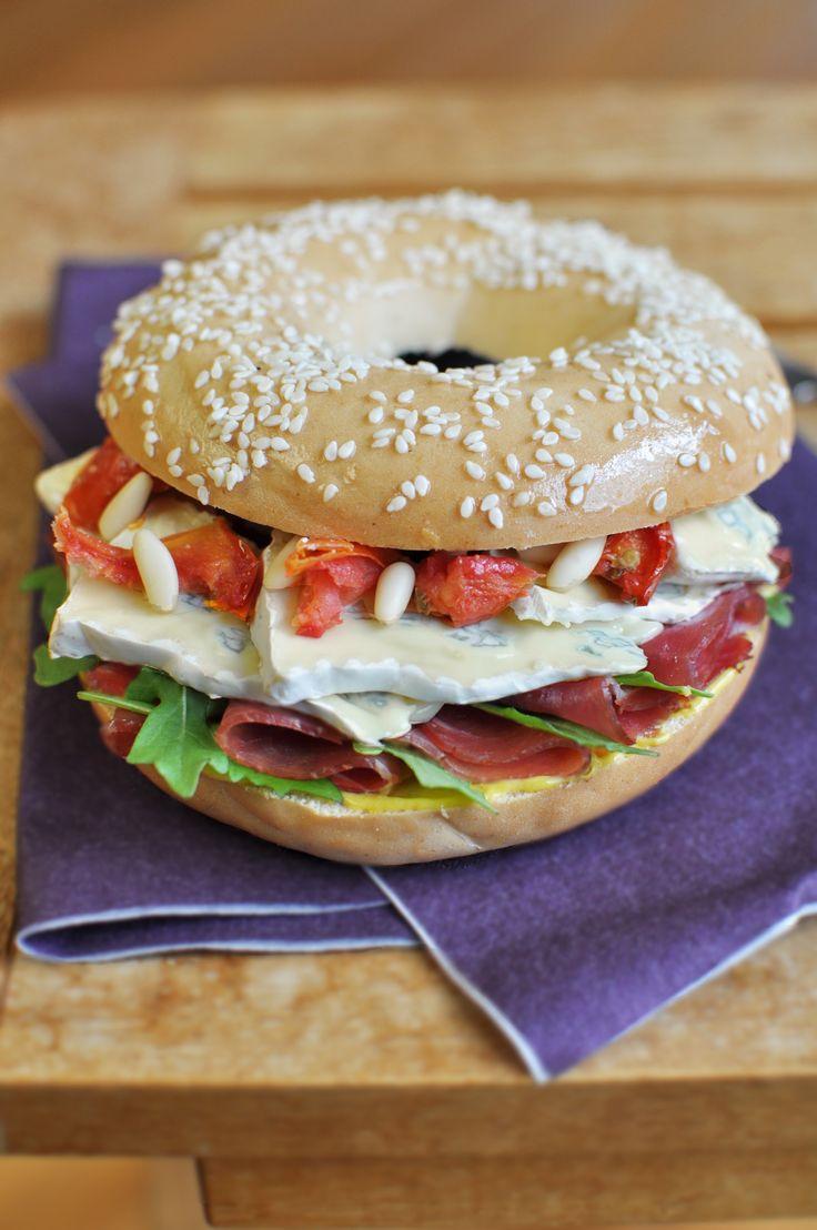 Un superbe Bagel au bleu en seulement 5 min - Envie de Bien Manger. Plus de recettes express ici : www.enviedebienmanger.fr/idees-recettes/recettes-express