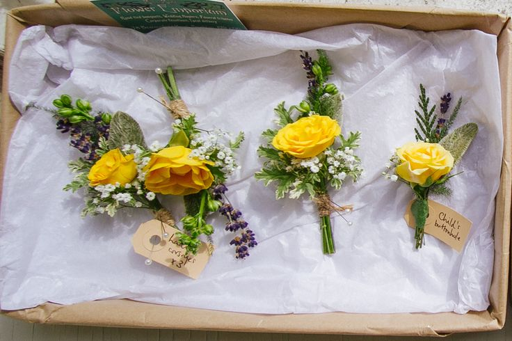 A meadowy theme for the boutonnières. Yellow is such a happy colour too.  Photo by Liz Wan Photography