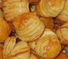 Kelt krumplis pogácsa - Hozzávalók: » 1 kg finomliszt » 2,5 dkg só » 6 dl tej » 2 kk kristálycukor » 5 dkg élesztő » 2 db tojás » 1 dl étolaj » 4 db burgonya » 25 dkg vaj.