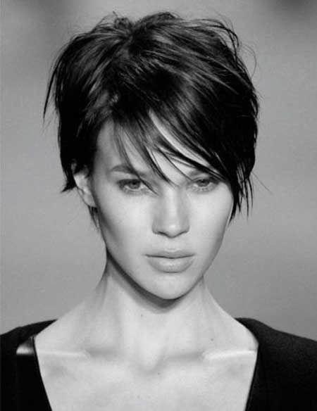 ¿Y qué pasa con los cabellos cortos? ¡Viva la frente y nuca despejadas! Hay mucha variedad. Analizad vuestra fisionomía facial y descubre cuál te favorecería más. Este es ideal para cortes de cara alargados.