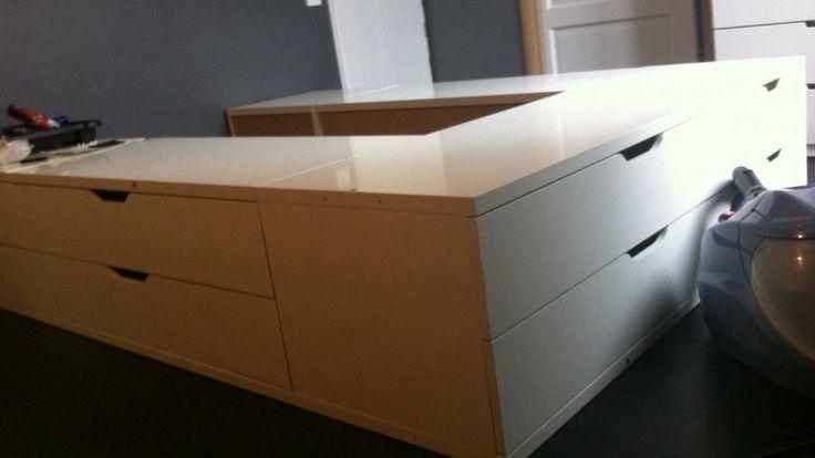 Un lit avec des rangements stolmen tables lits - Lit adulte rangement integre ...