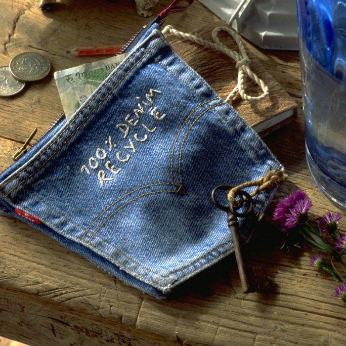 Porte-monnaie fait avec 2 poches de jean cousues dos à dos et fermées en haut par un zip.