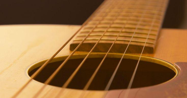 Cómo hacer una pastilla piezoeléctrica . Una pastilla piezoeléctrica provee de una forma divertida de transformar tu vieja guitarra acústica en una eléctrica. Fabricada con varios materiales económicos, estas pastillas son un buen proyecto barato para aquellos que desean grabar o amplificar sus instrumentos acústicos, o para aquellos que simplemente quieren usar su cautín para soldar.