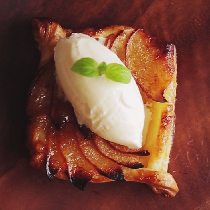 Because everyone loves desserts that are both pretty and sweet.tarte pommes caramel