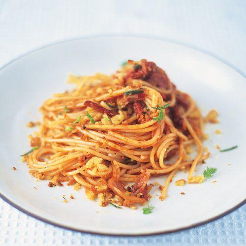 Recept van Jamie Oliver: Spaghetti met salami, venkel en tomaten, uit het kookboek 'Happy Days met the Naked Chef'. Kijk voor de bereidingswijze op okokorecepten.nl.